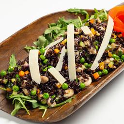 Insalata di riso nero con primizie dell'orto e scaglie di parmigiano reggiano Bonati 36 mesi