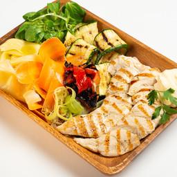 Tagliata di pollo biologico grigliato e cotto a bassa temperatura, con insalatina croccante, zucchine grigliate e senape leggera