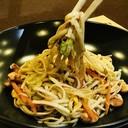 Spaghetti cinesi saltati con misto di verdure e anacardi