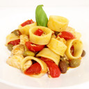 Calamarata con pomodorini, olive, capperi e basilico