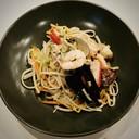 Spaghetti cinesi piccanti con misto pesce alla piastra