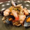 Spaghetti di soia piccanti con misto di pesce alla piastra