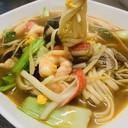 Spaghetti in brodo con misto di pesce e verdure piccante