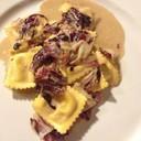 Ravioli ripieni allo speck con salsa di noci e radicchio rosso di Treviso