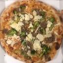 Pizza con salsiccia broccoli e grana